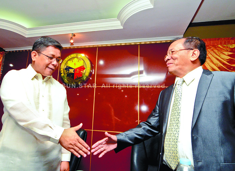 """Talisay City Mayor Johnny de los Reyes (right) and Vice Mayor Romeo Villarante (left), who heads the City Council, promise to cooperate with each other to bring Talisay City to """"greater heights."""" (Alex Badayos photo/Sun.Star Cebu"""