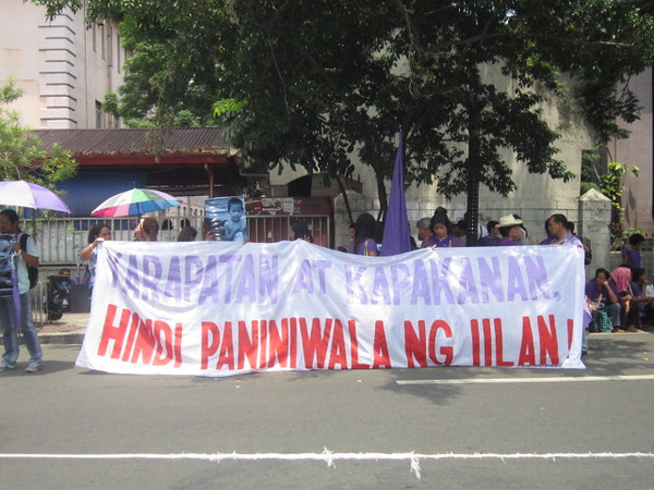 Pro and anti-RH advocates protest outside the Supreme Court, which hears arguments for or against the constitutionality of the law. (Virgil Lopez/Sunnex)