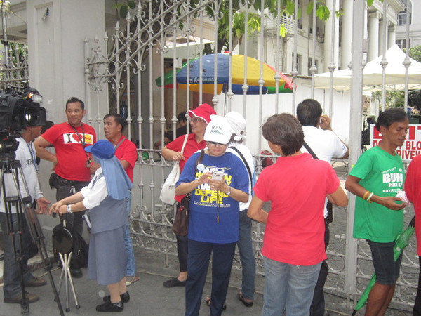 MANILA. Anti-RH protesters gather outside the Supreme Court compound. (Virgil Lopez/Sunnex)