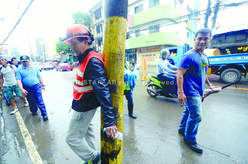 WHAT DOES HE LEAN TOWARD?  Cebu City Mayor Michael Rama would be wise to continue his consensus-seeking style, business leaders say, as the mayor starts the second year of his second term. Sun.Star Cebu photojournalist Ruel Rosello took this photo as the mayor was checking road obstructions last week in the Banilad-Talamban corridor, like this electric post.   (SUN.STAR FOTO/RUEL ROSELLO)