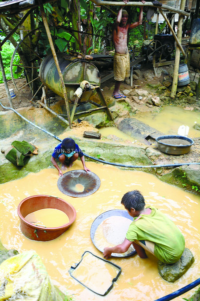 SCHOOL OF LIFE. Some school-age children in Sitio Boswang, Barangay Cambang-og in Toledo City skipped school to help their family survive by mining for gold. (SUN.STAR FILE)