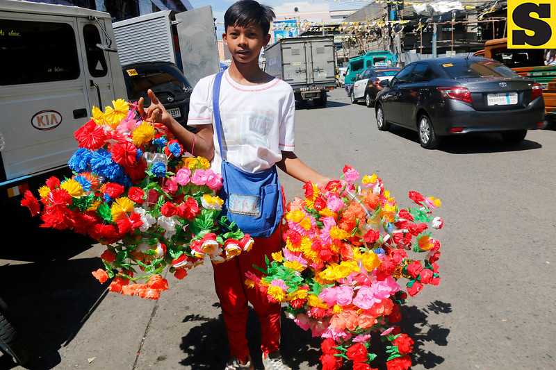 Plastic flower vendor