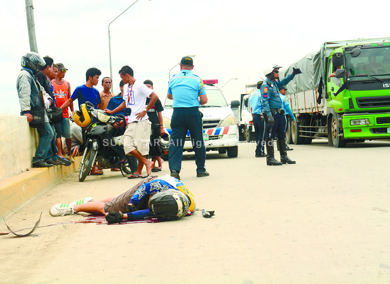 CEBU. Celestino Adolfo Jr. died on the spot after suffering severe head injuries when the motorcycle he was driving rammed into the railings of a bridge in SRP. (Allan Defensor/Sun.Star Cebu)