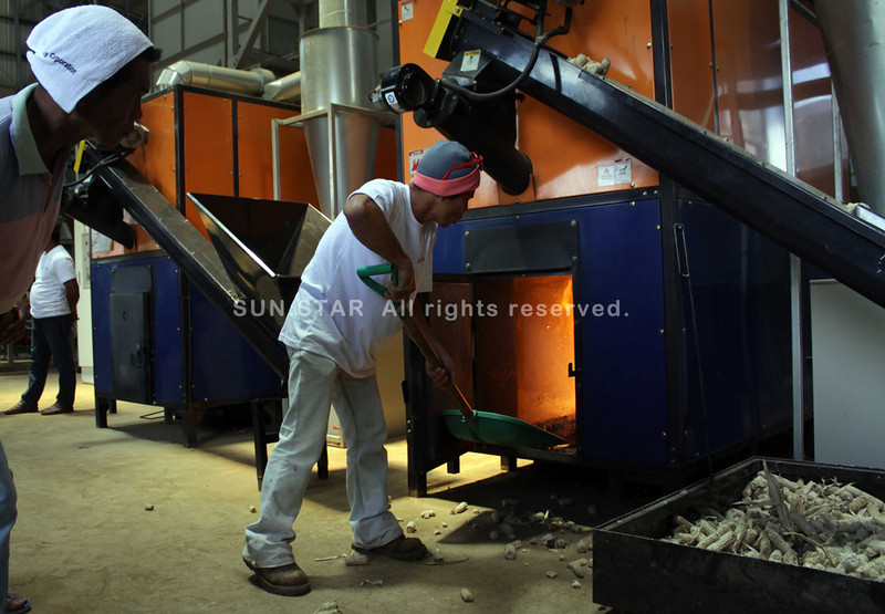 CAGAYAN DE ORO. A worker feed corn cobs to the furnace of the new P60-million corn processing plant in Barangay Malagana, Claveria, Misamis Oriental. The heat of the furnace dries the corn that yields Class A corn grits. (Bobby Lagsa)
