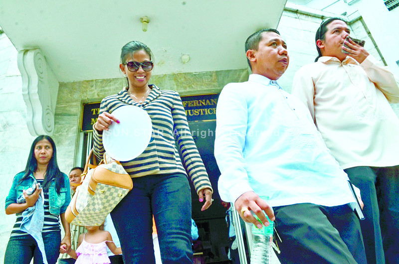 SUSPECT. Accused Bella Ruby Santos (wearing shades) leaves the Palace of Justice together with her legal counsels Julius Caesar Entise (second from right) and Ramises Villagonzalo (right) after the hearing. (Sun.star Cebu photo/ Amper Campaña)