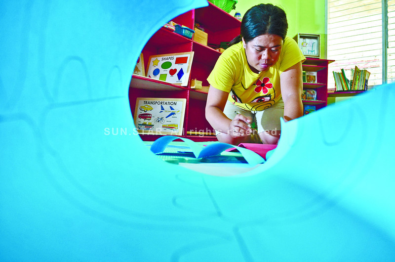 Ms. Anafe Becher, a kindergarteen teacher of Tejero Elementary School preparing her room for the start of classes tomorrow........( Sunstar-Amper Campaña    6 2 2013 )