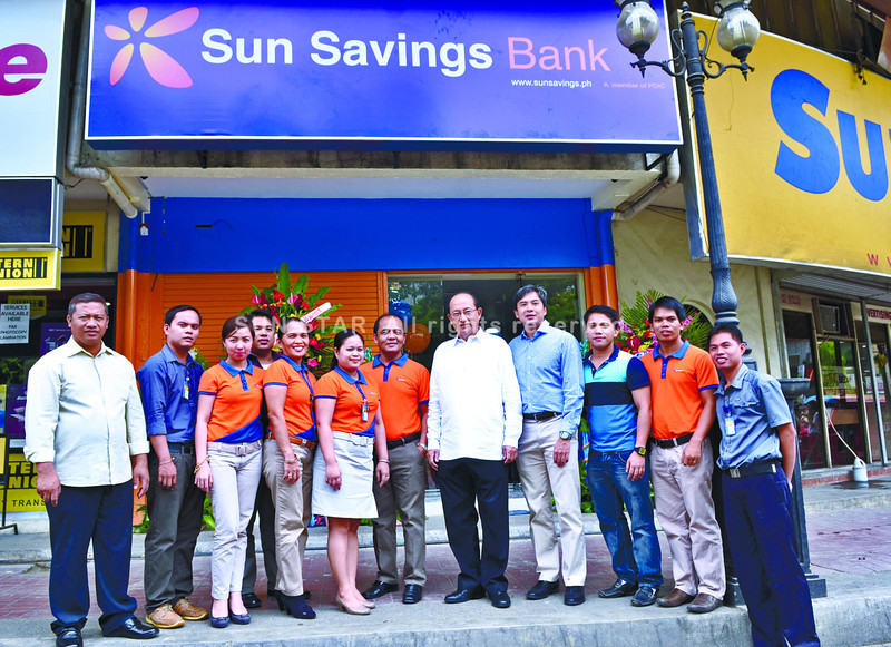 Bank president, chairman and chief executive officer Francisco Dizon (5th from right) with bank officers and staff during the opening of Sun Savings Bank in Fuente Osmeña, Cebu City. (Amper Campaña of Sun.Star Cebu)