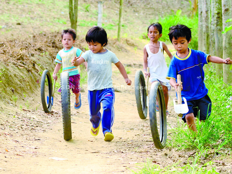 FUTURE RIDER: This kids enjoy playing the old tires on the afternoon weelend<br /> <br /> ssd foto/ruel rosello/060113