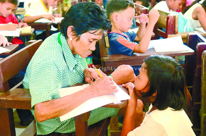NEVER TOO LATE. At 77, Librada Gemal (left) may be the oldest grade four student at the Tisa Elementary School but she is more attentive than others. (Allan Defensor)