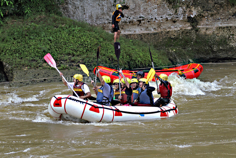 CAGAYAN DE ORO. Despite the white water rafting incident on Friday, June 13, rafting tours scheduled on Saturday, June 14, 2014 continue. This group of tourists passes by the site where the search of the missing tourist is ongoing. Mayor Oscar Moreno mulls on suspending the rafting tours if there isn't assurance that the incident won't recur.  (Photo by Erwin M. Mascarinas)