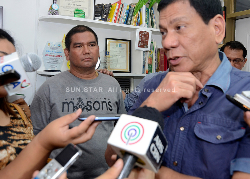 Policeman Leonardo Felonia surrenders to Davao City Mayor Rodrigo Duterte
