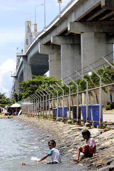 MAKE DO. Children, who cannot access the beaches in Lapu-Lapu City, try to be content with playing in the water under the Marcelo Fernan Bridge. (Sun.Star Photo/Allan Cuizon)
