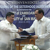 ZAMBOANGA. San Mateo, Rizal Mayor Jose Rafael Diaz (left) and Zamboanga City Mayor Celso Lobregat (right) exchange documents and shake hands after signing on Saturday a sisterhood pact. (Bong Garcia)