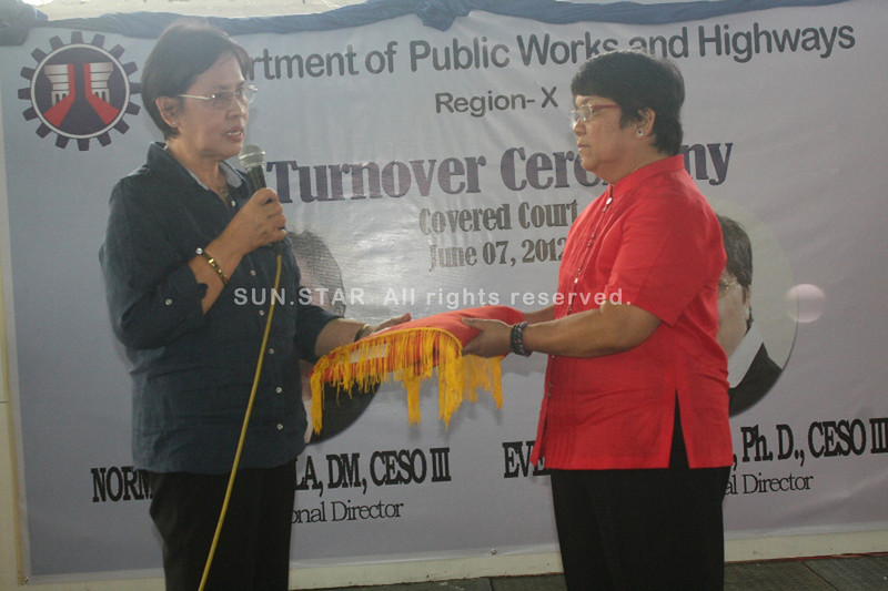 CAGAYAN DE ORO. Norma Geronilla (left) turns over the leadership to Evelyn Barosso (right), the new regional director of the Department of Public Works and Highways. (Joey P. Nacalaban)