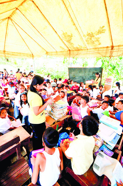 CEBU. This Grade 3 class in the Busay Elementary School, in one of Cebu City's mountain barangays, meets under a tent because the classroom they share with four other classes has too many cracks. (Alex Badayos)