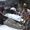 DAVAO. Gidayongan sa mga personahe sa punerarya ang patay nga lawas sa mga bata nga nasunog didto sa General Malvar, Barangay 7-A Poblacion, siyudad sa Davao, kagahapon sa buntag. (Jeepy P. Compio