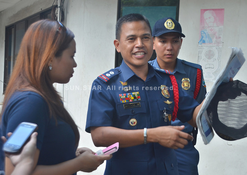DAVAO.  Superintendent Eliseo Malana Jr. (holding a copy of Sun.Star Davao), chief of San Pedro Police Station, commends PO1 Jessie Mallari (seen at the back) who was photographed attending to an old beggar who has a wound on his head in front of San Pedro Cathedral last Sunday. The photo was published on the front page of Sun.Star Davao and was posted on Facebook account of Sun.Star-Philippine News. Since then, it has gone viral among netizens with at least 6,600 likes, 1,300 shares and 800 favorable comments as of 6:30 p.m. (Seth Delos Reyes)