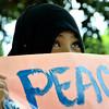DAVAO. Usa ka batan-ong Muslim misalmot sa peace rally nga gipasiugdahan sa Mindanao Peoples Caucus nga nanawagan sa katawhang Bangsamoro nga maghiusa batok sa kritikal nga kahimtang sa ilang politikanhong pakigbisog nga gihimo didto sa Freedom Park kagahapon. (King Rodriguez)