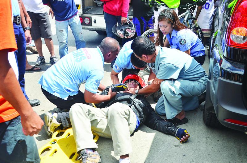 DAVAO. Gitabang sa mga sakop sa 911 Paramedics si Patricio Huertas, taga Barangay Apokon, dakbayan sa Tagum kay nahagbol ang iyang motorsiklo atbang sa buhatan sa Commission on Audit sa Buhanging Diversion Road, dakbayan sa Davao tungod sa wa nagtupong nga pagsemento sa dalan. (Seth Delos Reyes)