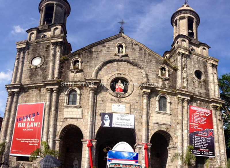 "BACOLOD. ""Team Patay, Team Buhay"" tarpaulin will remain displayed at Bacolod City's San Sebastian Cathedral after the Supreme Court issued a TRO barring Comelec from enforcing its order to remove the controversial tarpaulin. (Carla N. Cañet)"