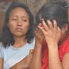DAVAO. Naghilak ang inahan human naugkat ang patay nga lawas sa mga bata nga nasunog didto sa General Malvar, Barangay 7-A Poblacion, siyudad sa Davao kagahapon sa buntag. (Jeepy P. Compio)