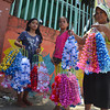 Kapamilya nag atang sa gate sa Sta. Ana Elementary School aron ibaligya ang ilang garland nga niadto pang bulan sa Enero gisugdan pagbuhat. (Seth Delos Reyes)