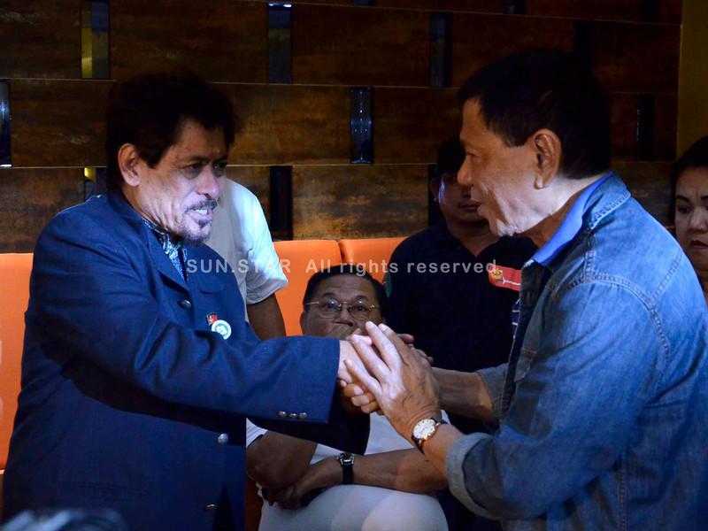 DAVAO. Si MNLF chairman Nur Misuari nagpadayag sa iyang sentimento ngadto kang Davao Vice Mayor Rody Duterte atol sa ilang panagkita didto sa Royal Mandaya Hotel niadtong Sabado tungod kay gipasinglan siya nga maoy nagpaluyo sa kagubot didto sa Sabah, Malaysia. (King Rodriguez)
