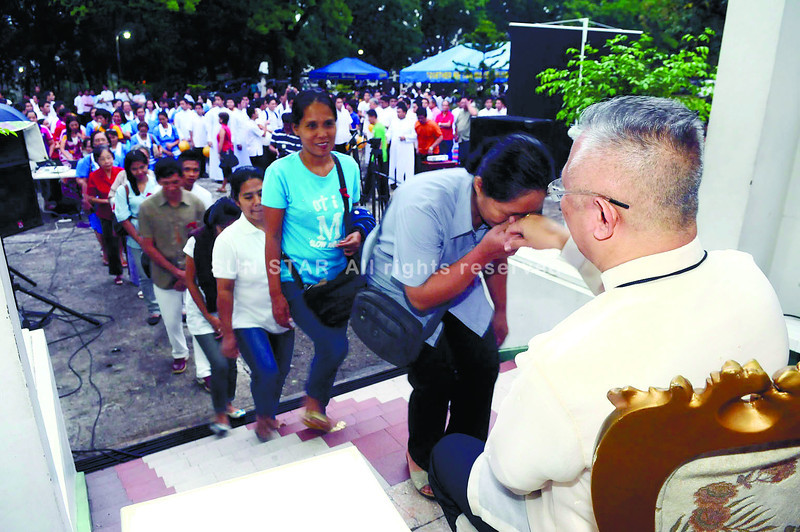 Well-wishers take turns in greeting Cebu archbishop Jose Palma as they wake him up early dawn during his birthday at the archbishop's residence 19Mar2013.                                                                                            (SUNSTAR FOTO/ARNI ACLAO)