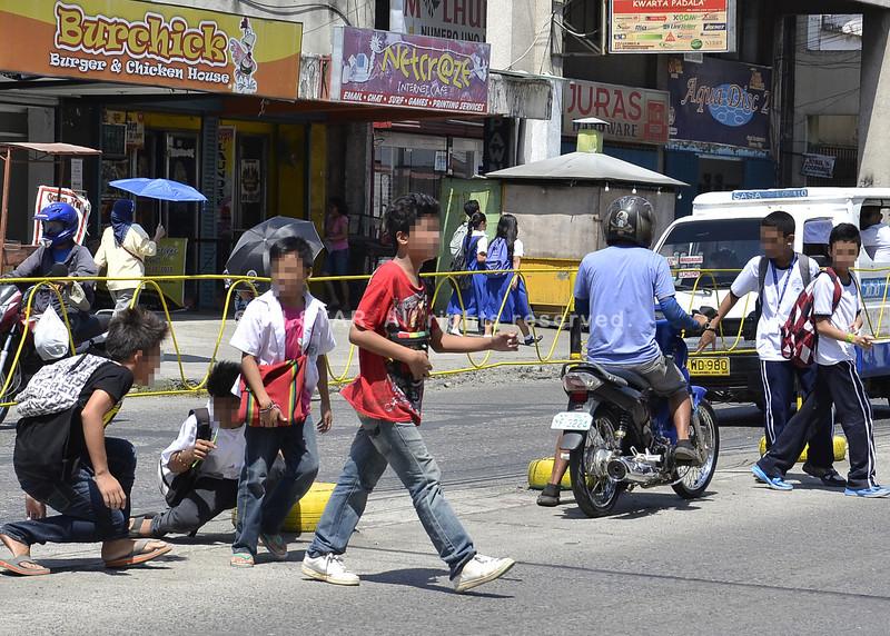 Mga estudyante sa Davao nag-jaywalking