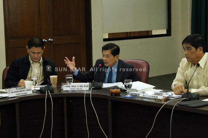 LEGISLATIVE INQUIRY. Cebu City north district Representative Raul del Mar says the inquiry on the highest bidder in the P17.5-billion Mactan Cebu International Airport expansion project shows that legislators are responding to issues raised against GMR Infrastructure Ltd. With del Mar are TUCP Party-list Rep. Raymond Mendoza (left) and House Committee on Transportation chair Rep. Cesar Sarmiento. (Photo by JC Cahinhinan)