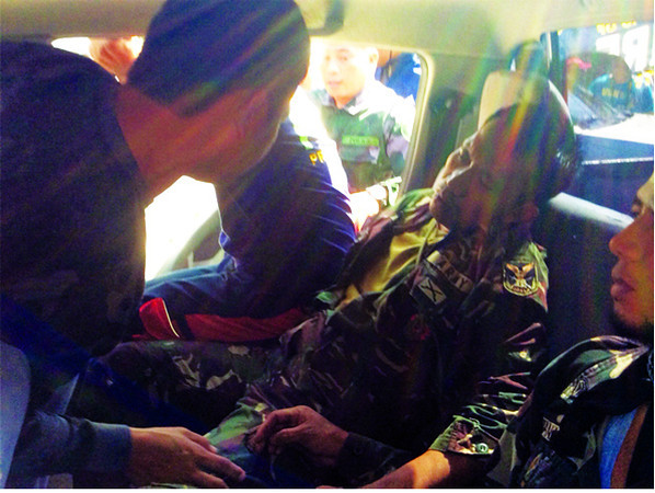 First aid for soldier hurt in Davao del Sur landmine blast