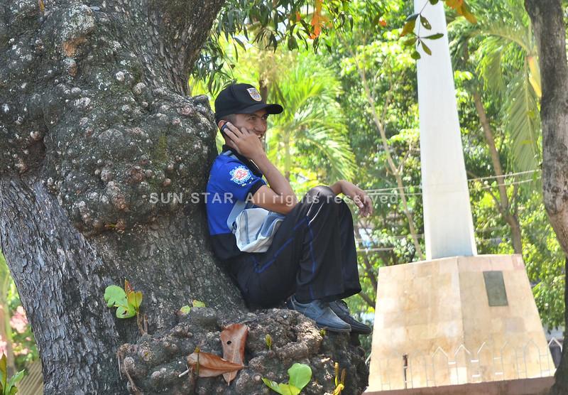 Police intern lingaw nga nakig-istorya