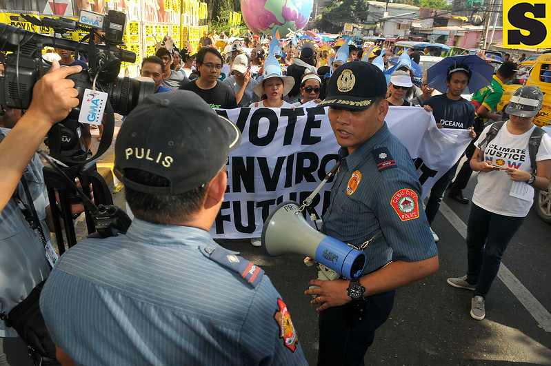 Environmentalists confronted by policemen