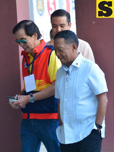 Jejomar Binay with Mike Rama during presidential debate in Cebu