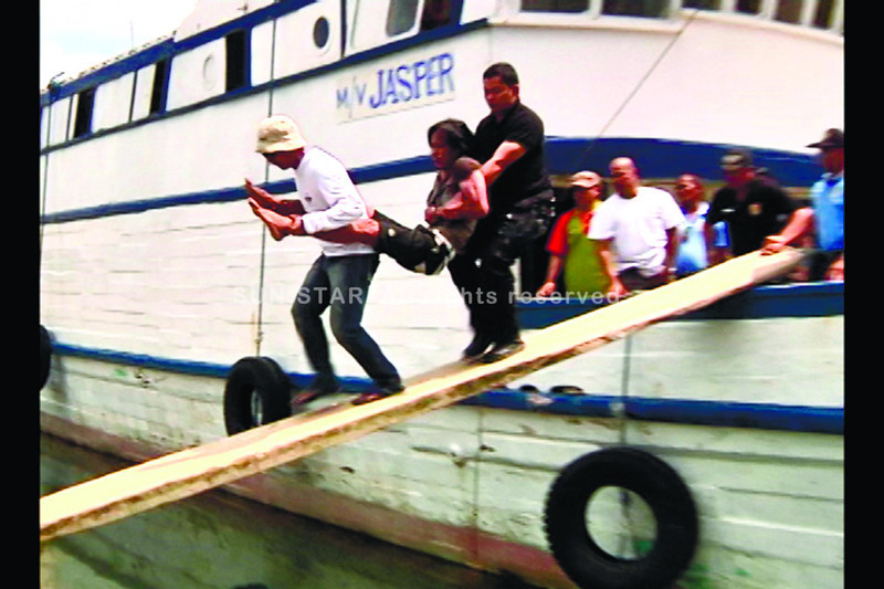 CEBU. Members of the Mandaue City Police and Swat carry alleged hostage-taker Garry Pevidal during his arrest Sunday in a private shipyard in Mandaue City. Reports said Pevidal was depressed and engaged in heavy drinking in the past days. (Jinky E. Bargio)