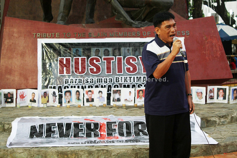 CAGAYAN DE ORO. Msgr. Elmer Abacahin, president of the Cagayan de Oro Press Club (COPC), leads the members of the media in commemorating the 28th month of the gruesome Maguindanao massacre during a prayer and candle lighting ceremony on Friday at the Press Freedom Monument. (Joey P. Nacalaban)