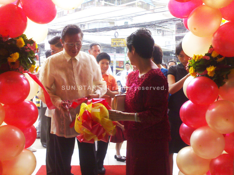 CAGAYAN DE ORO. Couple Mariano Chua (left) and Marta Chua, Asian Home owners, cut the ribbon during the opening of the Cebu-based appliance store's first branch in Mindanao situated at Tiano Brothers corner Toribio Chavez Streets, Cagayan de Oro City, Wednesday. (Loui S. Maliza)