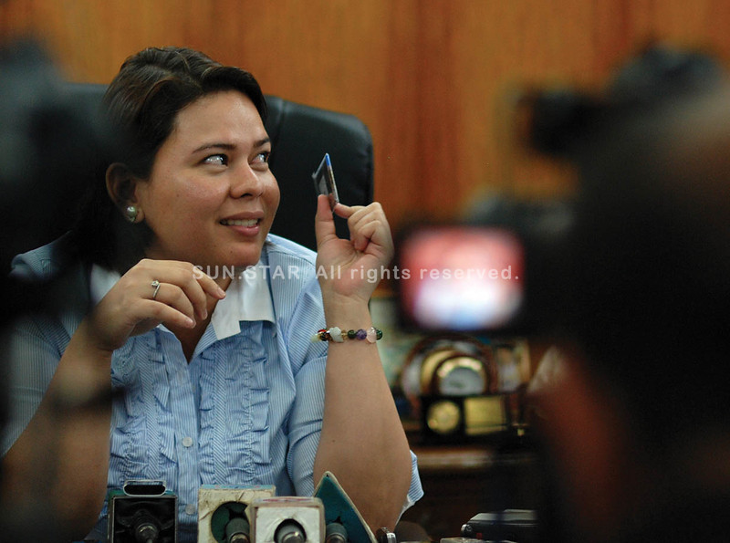 DAVAO. City Mayor Sara Duterte-Carpio shows a magnet souvenir from Israel. She said one of the x-ray inspectors at the Ninoy Aquino International Airport II tried to use the magnet to mulct her. (King Rodriguez)