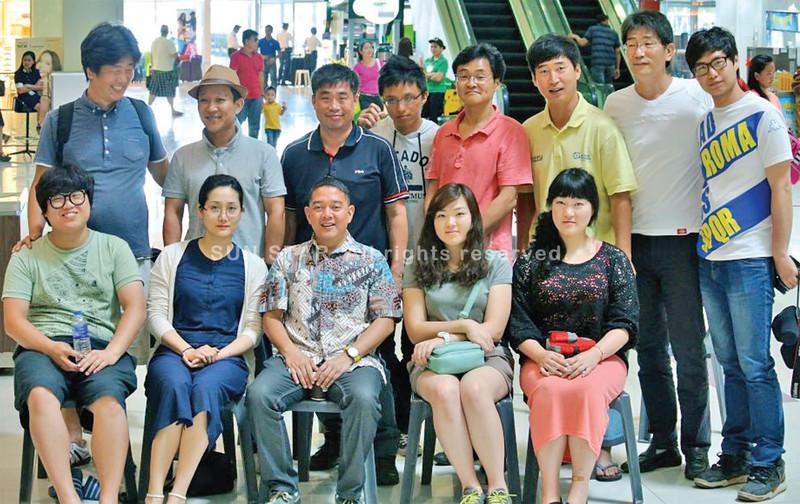 Art Boncato with Korean bloggers. (Sun.Star Davao photo)
