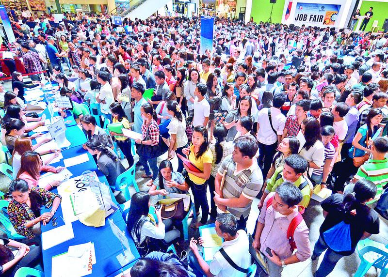 Gipasiugdahan sa Department of Labor and Employment sa Davao Region  ang Job Fair didto sa Gaisano Mall of Davao diin gidagsa sa libuan ka mga aplikante nga buot makatrabaho kagahapon. (Photo by King Rodriguez of Sun.Star Davao)