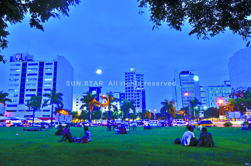 People with their friends and love ones take a chance to relax, taking time to chat and even play at a vacant part of the IT park in Salinas Drive, Apas, Cebu City while waiting for the dusk.........( Sunstar-Amper Campaña   5 6 2013 )