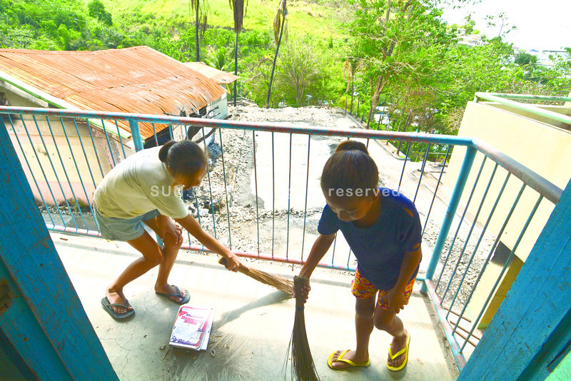 High School Student of Candulawan National High School in the Brgy. Candulawan, Talisay City clean the 2nd floor of their school building viewing the remains of their School building that was burned by fire Last March 2013.<br /> foto: Alex Badayos