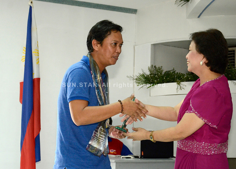 Si Sun.Star Davao editor Charles Maxey nagrepresenta sa kompanya, sa iyang pagdawat sa plaque of recognition gikan sa Department of Social Welfare and Development (DSWD) nga nag-ila isip Most Supportive Newspaper atol sa 62nd Founding Anniversary sa DSWD kagahapon didto sa ilang buhatan. (King Rodriguez)