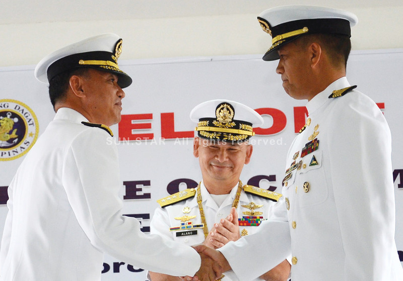 DAVAO. Vice Admiral Jose Luis Alano (center) grins as he watches Naval Forces Eastern Mindanao outgoing commander Isabelo Gador (left) shake hands with incoming commander Antonio Habulan Jr. during the Change of Command Ceremony at the Naval Station Felix Apolinario, Panacan. (King Rodriguez)