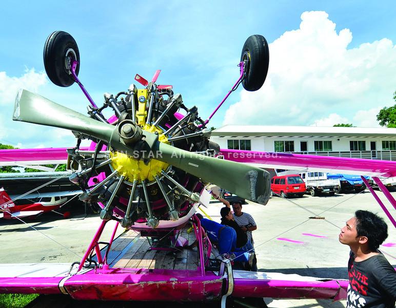 DAVAO. Gisusi dayon sa mga personahe sa kompanya ang danyos sa eroplano nga nahagsa kagahapon didto sa Old Airport, Sasa, siyudad sa Davao. (King Rodriguez)