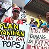 DAVAO. Mga tawo gikan sa North Cotabato miuban sa rally atubangan sa Ritz Hotel, diin nagpahigayon og konperensiya ang Commission on Human Rights (CHR), kay nangita sila sa hustisya sa kamatayon ni Fr. Pops Tentorio nga gipatay didto sa Arakan Valley, North Cotabato. (Seth delos Reyes)