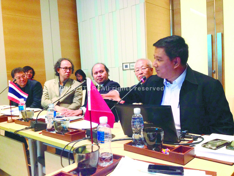Chavarong Limpattamapanee (extreme right), former secretary general of the National Press Council of Thailand (NPCT), makes a point during the meeting at Pathumwam Princess Hotel, Bangkok to study the establishment of an Asean Press Council. (Photo by Cherry Ann T. Lim)