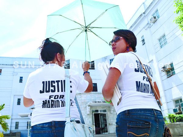 CEBU. Marie Shantylle Ducayag (right) and Fe Soledad Ducayag, sister and mother, respectively, of the late Mario Alfie Ducayag, visit the Palace of Justice to file complaints against PNP medico-legal officer Nestor Sator. (Amper Campaña)