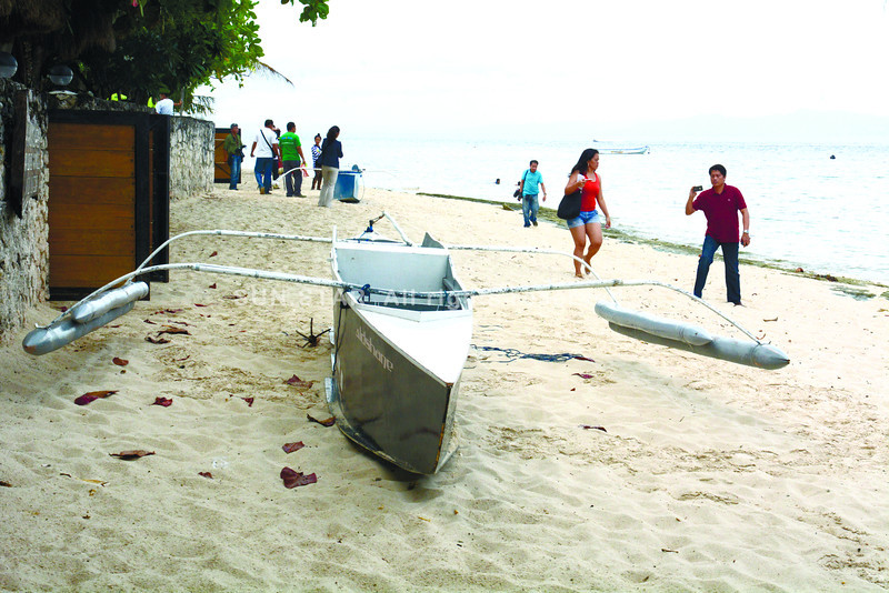 GETAWAY BOAT. One of the two pump boats that Joavan Fernandez and his two companions prepared to board before his arrest rests on the shores in Barangay Saavedra in the southwestern town of Moalboal. They were believed to be bound for Negros Oriental. (Sun.Star Cebu/Alex Badayos)