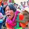 Mga tawo nangatawa samtang nagtan-aw sa babaye nga naningkamot nga makalikay sa 'unggoy' nga mipaak sa iyang likod didto sa Barangay New Israel Eco-Adventure Park, lungsod sa Makilala, North Cotabato province. (King Rodriguez)